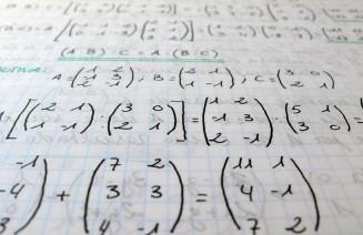 Imatge d'operacions matemàtiques amb matrius