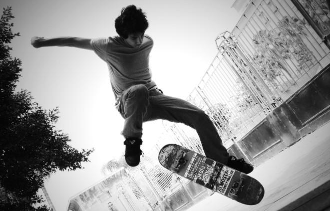 Imatge de dis adolescents amb skateboard