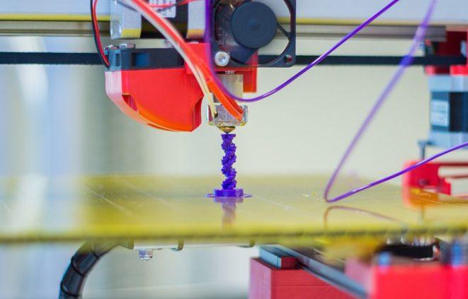 Imatge d'una impressora 3D i com es fa una impressió 3D